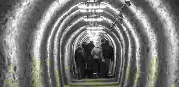 Turistas têm que cruzar estreitos túneis na mina de sal de Turda - Cristian Bortes/Creative Commons - Cristian Bortes/Creative Commons