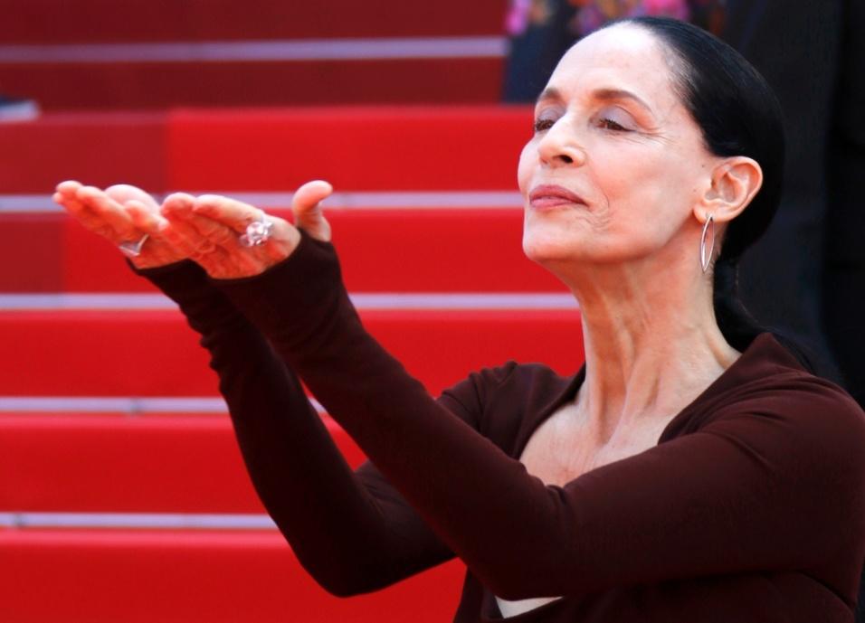 """17.mai.2016 - Sonia Braga na sessão de gala """"Aquarius"""", que disputa a Palma de Ouro em Cannes. Elenco protestou conta o impeachment com faixas e dizeres: """"Pare o golpe no Brasil"""" e """"Vamos resistir"""""""
