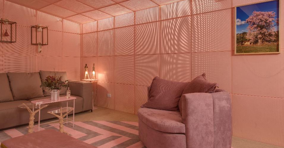 No ambiente quase 100% rosa desenhado por Leo Romano, parte da iluminação é feita indiretamente: os focos de luz estão por trás das placas metálicas que revestem a Casa Braile, na edição 2016 da Casa Cor SP. No cantinho, ao lado do sofá, bonecas-luminárias fisgam o visitante