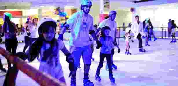 Adultos e crianças podem patinar na pista de gelo do Taguatinga Shopping - Divulgação - Divulgação