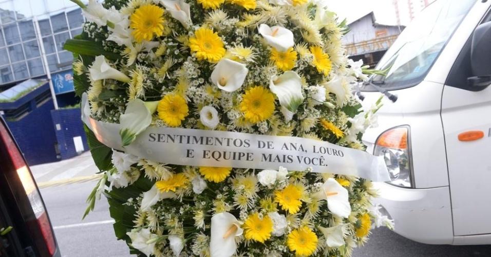 """17.set.2016 - Equipe do programa """"Mais Você"""" de Ana Maria Braga envia coroa de flores para a despedida de Domingos Montagner"""