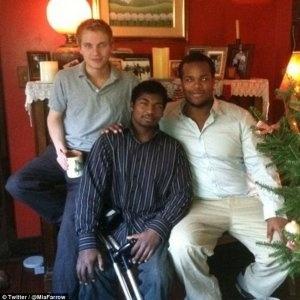 Thaddeus, ao centro, era um dos dez filhos adotados por Mia Farrow - Reprodução/Twitter/miafarrow