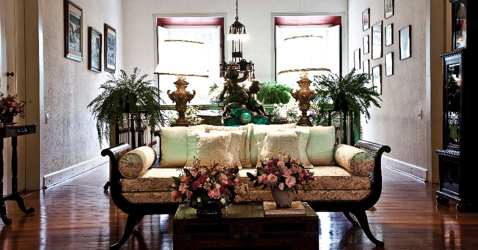 Os ambientes sociais da casa da Fazenda Vila Rica foram pintados e o mobiliário e as peças de arte, reposicionados. Os móveis têm mais de 80 anos e ganharam novos estofados e almofadas (Donatelli, Entreposto). O projeto de restauro e interiores é do arquiteto Leonardo Junqueira