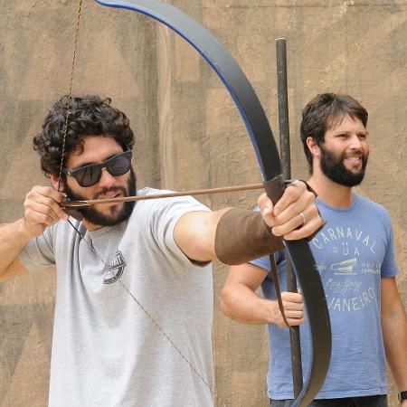 """Dudu Azevedo e Gustavo Leão fazem aula de arco e flecha para """"O Rico e Lázaro"""" - Munir Chatack/Divulgação/Record"""