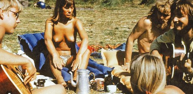 """Jovens reunidos em São Francisco (EUA) durante o """"Verão do Amor"""", em 1967"""