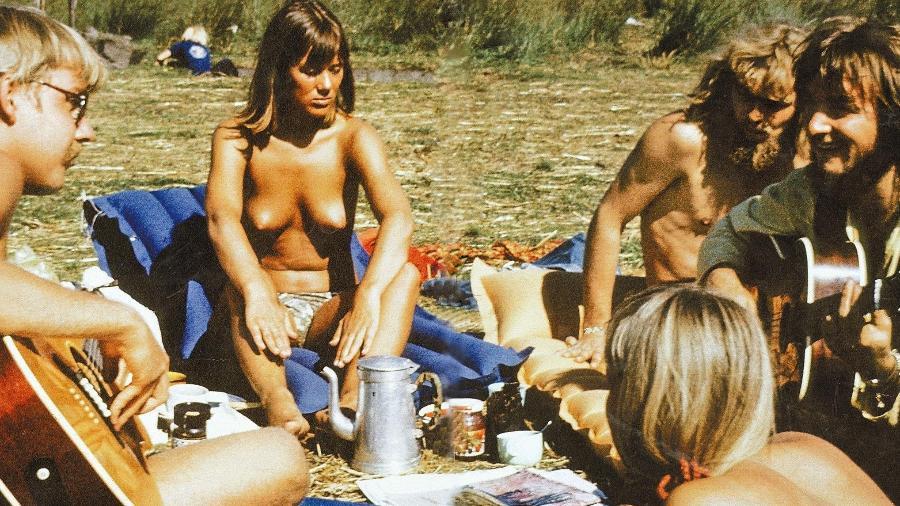 """Jovens reunidos em São Francisco (EUA) durante o """"Verão do Amor"""", em 1967 - DPA/Reprodução"""