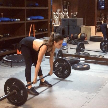 Isis Valverde levanta peso durante exercício - Reprodução/Instagram