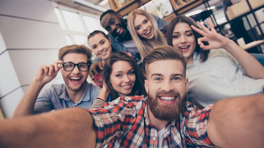 Segundo cientistas, jovens adiam planos de independência financeira e casamento, o que os torna ainda semidepentendes dos pais - iStock