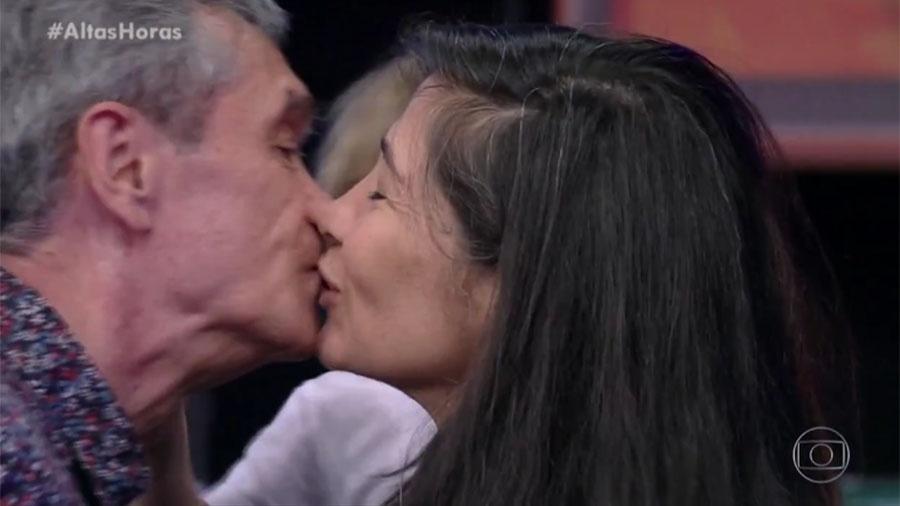 """Serginho Groisman beija a mulher Fernanda Molina no """"Altas Horas"""" - Reprodução/Globo"""