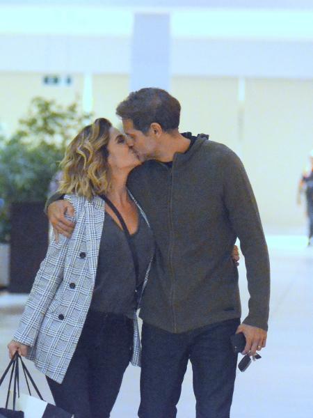 Giovanna Antonelli e o marido se beijam em shopping - AgNews