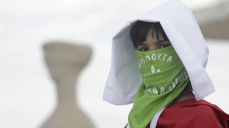 Militante dos Direitos das Mulher faz virgília em frente ao STF contra a criminalização do aborto  - Lúcio Távora/UOL