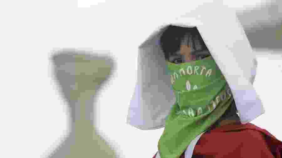 Militante dos Direitos das Mulher faz virgília em frente ao STF contra a criminalização do aborto durante marcha em defesa da vida das mulheres na Esplanada dos Ministérios em Brasília - Lúcio Távora/UOL