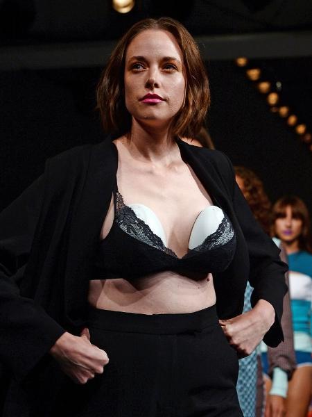 Modelo Valeria Garcia participou de desfile usando bombas de tirar leite - Getty Images