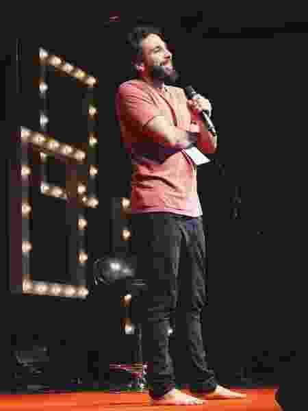 Murilo Couto em seu espetáculo de stand-up comedy - Reprodução/Instagram/murilocouto - Reprodução/Instagram/murilocouto