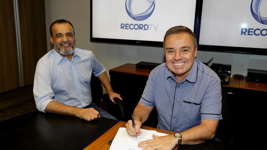 Gugu e o vice-presidente artístico da Record TV, Marcelo Silva., assinam o novo contrato - Divulgalção/TV Record/Antonio Chahestian
