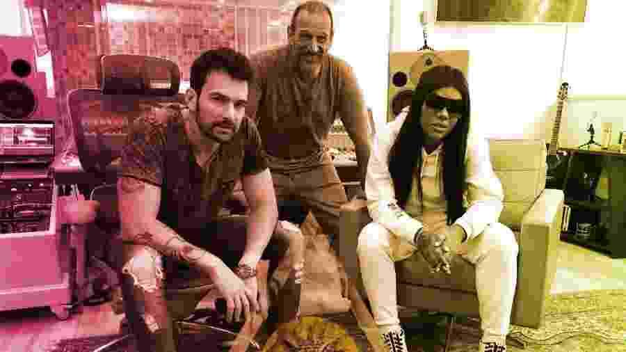 Ludmilla com o produtor Cabrera (à esquerda) e o diretor artístico da Warner Music, Wagner Vianna (ao meio) - Divulgação