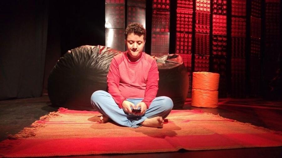 """O ator Edgar Jacques em ação no teatro, com """"Um Homem Comum"""" - Divulgação"""