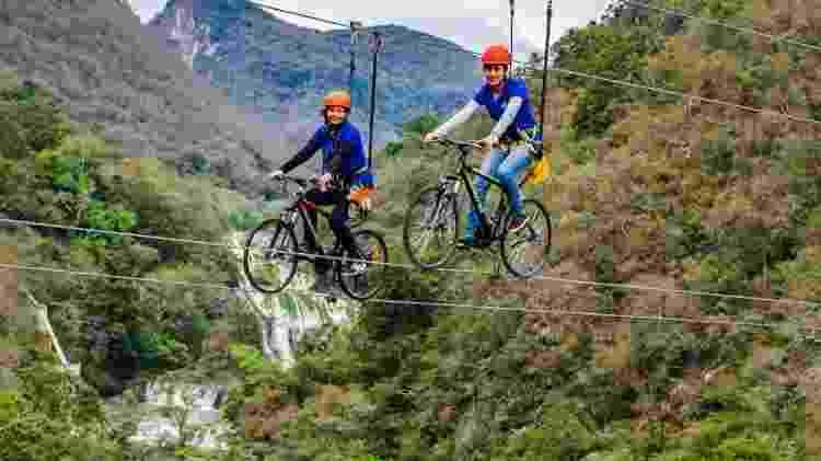 Na SkyBike, turistas pedalam sobre um cabo de aço e ficam a 80 metros de altura - Divulgação/AdventureLand - Divulgação/AdventureLand