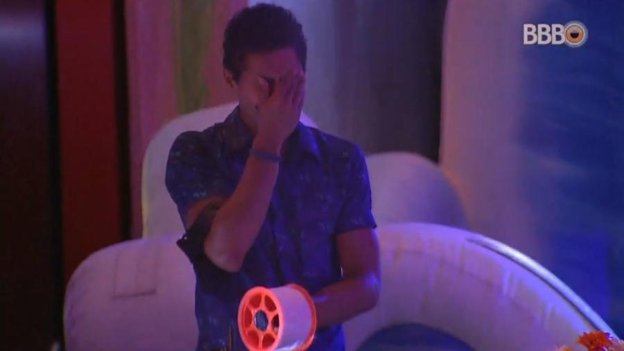 Danrley chora ao ver estação personalizada durante festa - Reprodução/Globoplay