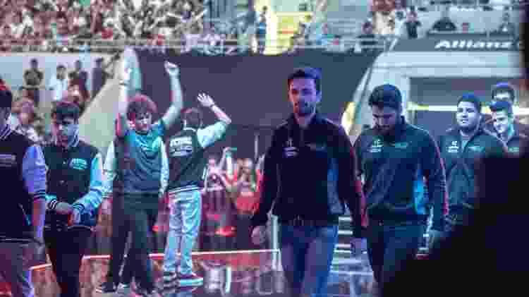 Jogadores de paiN e INTZ se apresentam à torcida na final do CBLoL 2015 - Segunda Etapa, no Allianz Parque - Divulgação/Riot Games