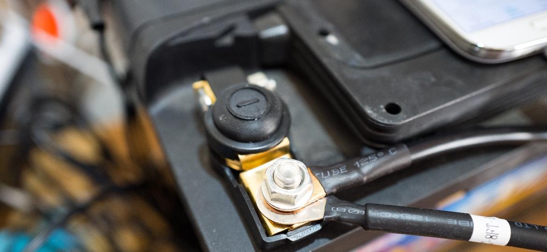 Bateria do carro tem vida útil limitada e perde a carga com o passar do tempo; dica é desconectar o cabo negativo, mas é preciso ligar o motor de tempos em tempos  - Smith Collection/Gado/Getty Images