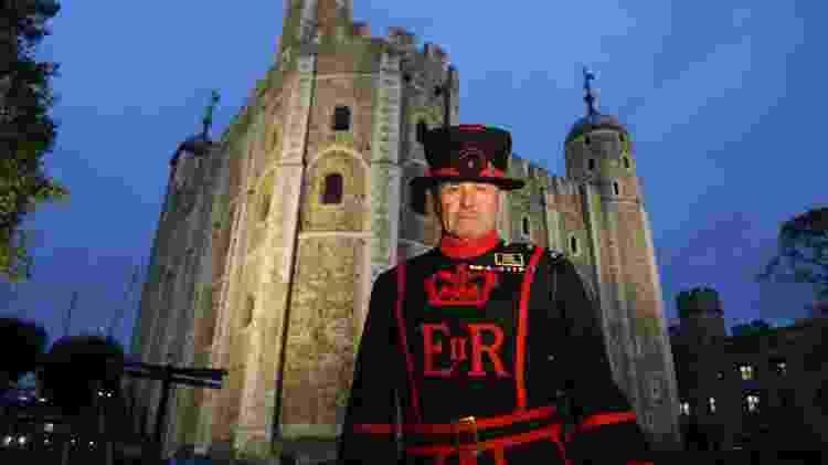 Os Yeoman Warders, históricos guardiões da Torre de Londres, conduzem um passeio noturno pelo local - Divulgação/Historic Royal Palaces