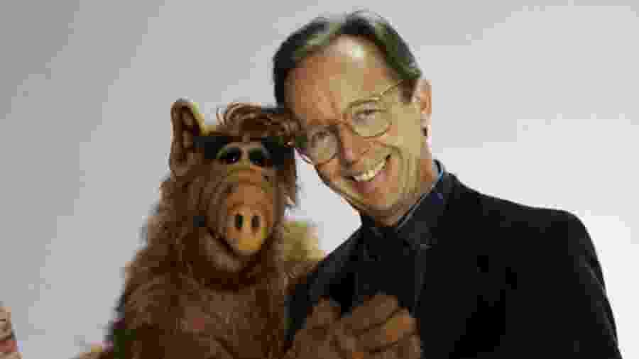 Max Wright posa com o boneco de Alf, o ETeimoso - Reprodução