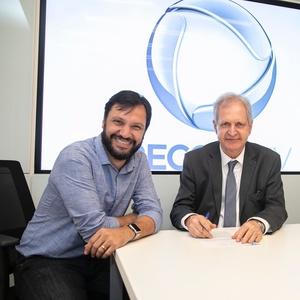 Antonio Guerreiro, vice de jornalismo da Record, e Augusto Nunes no ato de assinatura do contrato - Edu Moraes/RecordTV