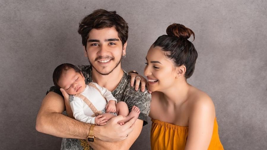 O ator João Fernandes e a noiva Mabel Calzolari com o filho, Nicolas - Divulgação