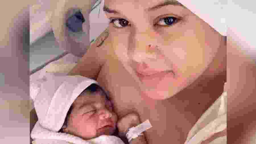 Nereida Araújo com a filha Lizyana Sky Taylor depois do parto - Reprodução