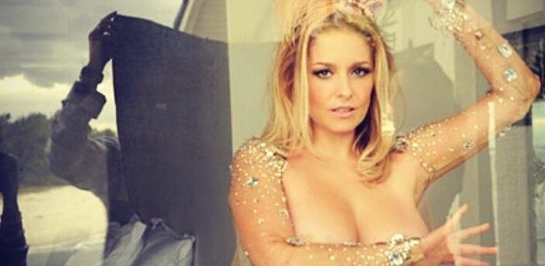 Arrasou! | Luciana Vendramini faz topless com figurino de Carnaval
