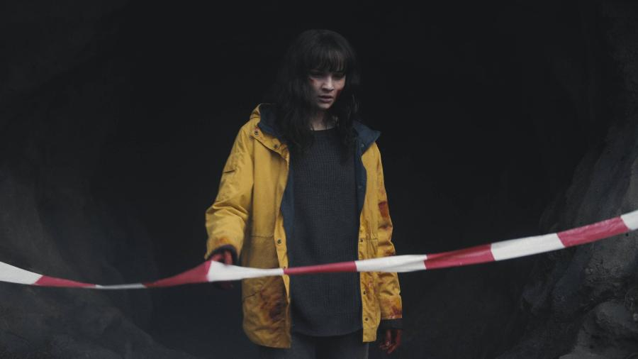 """Martha sai da caverna em cena da terceira temporada de """"Dark"""" - Divulgação/Netflix"""