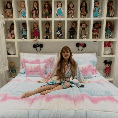 Larissa Manoela posa em seu quarto; coleção de bonecas chamou atenção da internet - Reprodução/Instagram/@larissamanoela