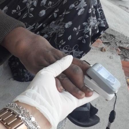 Mulher sendo atendida por agente de saúde no Jardim Miriam, zona sul de SP - Letícia dos Santos