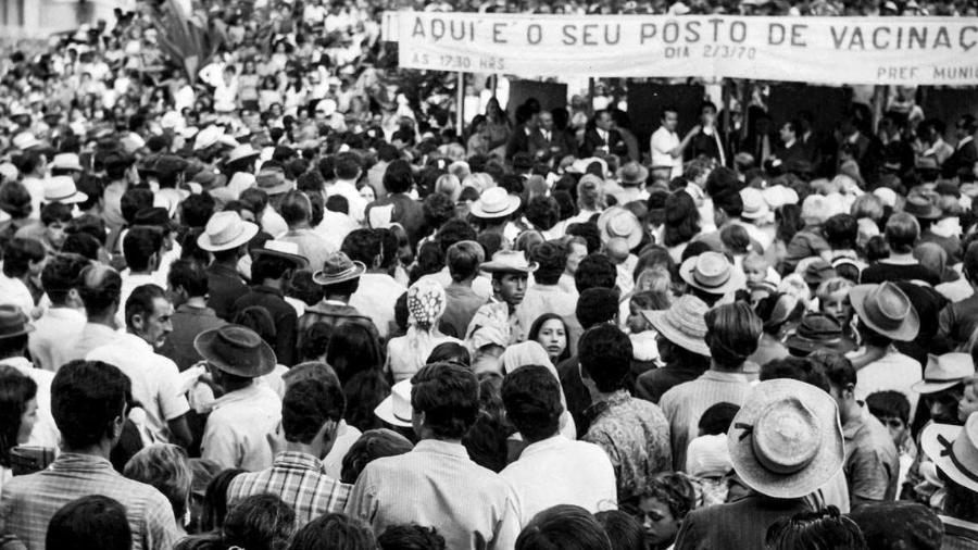 Multidão em Itajaí (SC) em 1970 para ser vacinada - Acervo da Casa de Oswaldo Cruz