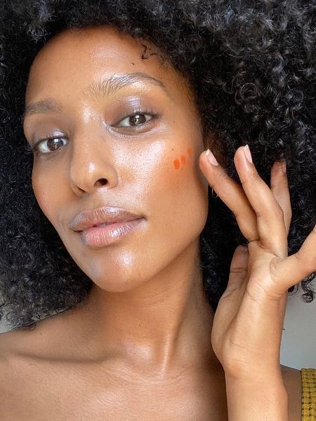 Blush cremoso dá cor sem pesar na pele - Reprodução/Instagram @mekdeskissi