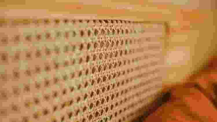 Detalhe da palhinha utilizada na cabeceira: você compra pronta por metro este material - Apto.21 - Apto.21