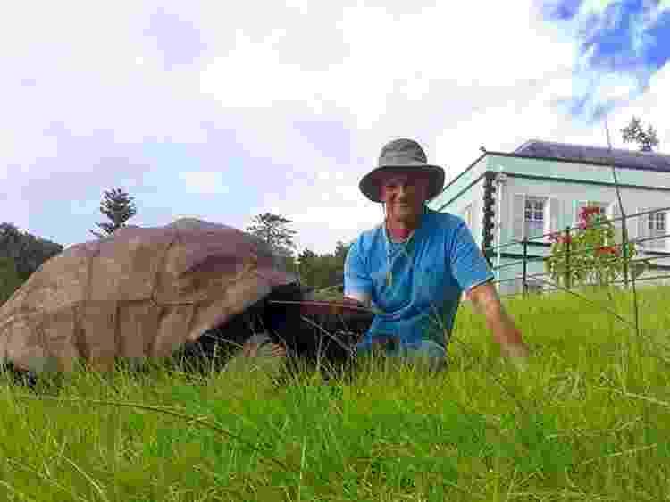 O veterinário Joe Hollins ao lado de Jonathan - Reprodução/Guinness World Records - Reprodução/Guinness World Records