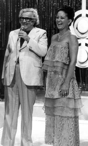 """Lolita Rodrigues recebe Chacrinha no programa """"Clube dos Artistas"""", que foi ao ar entre 1951 e 1980. Foi nesse programa que nasceu o quadro """"Pra Quem Você tira o Chapéu?"""", hoje em dia exibido no """"Programa Raul Gil"""""""