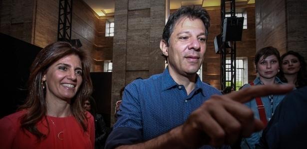 O prefeito Haddad acompanhado da mulher, Ana Estela, no desfile de Alexandre Herchcovitch, na Prefeitura de São Paulo - AgNews