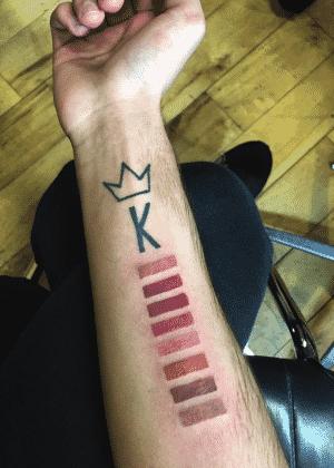 Johnny pretende aumentar a tatuagem à medida que novas cores sejam lançadas - Reprodução/Twitter/@ItsJohnnyCyrus