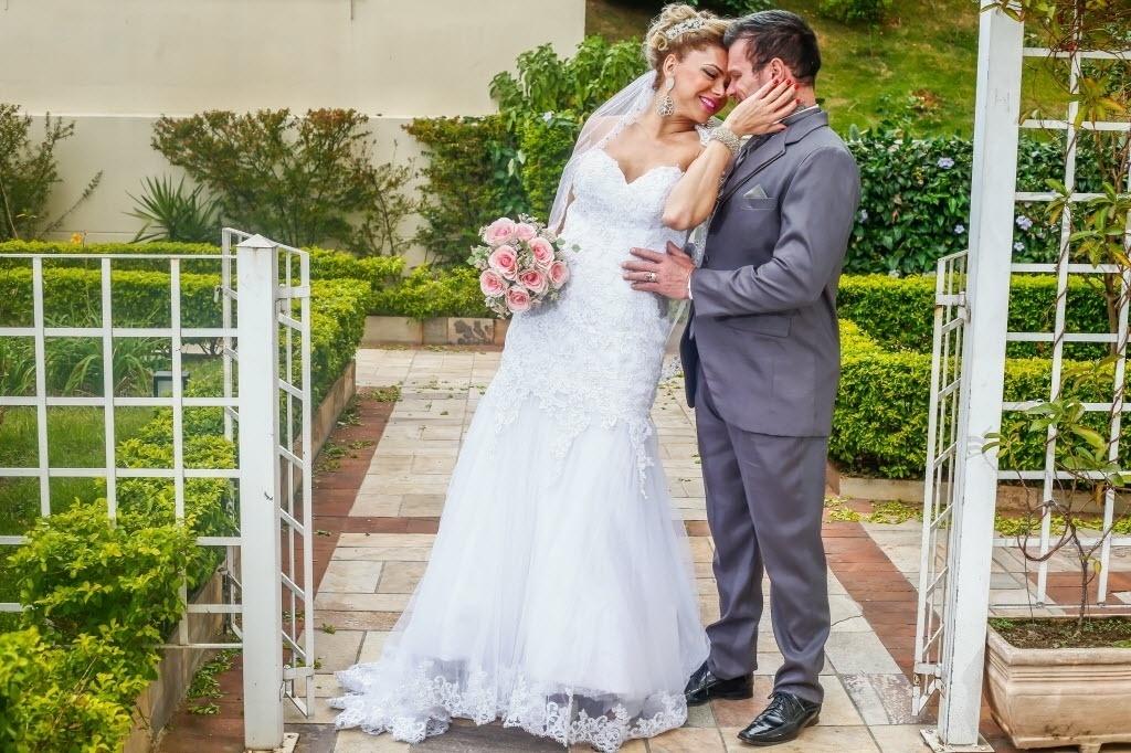 12.mai.2016 - Léo Aquilla e Chico Campadello posam vestidos de noivos e organizam casamento de 700 mil reais