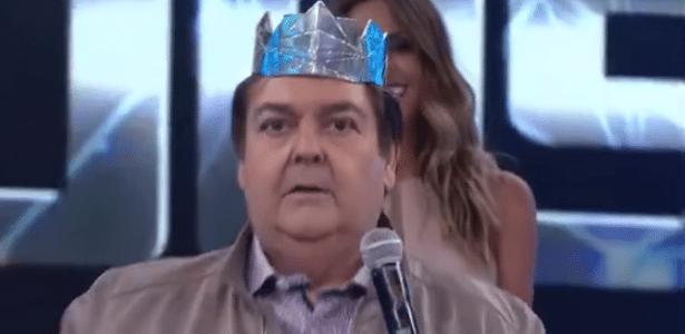 """Faustão arranca coroa do cantor vencedor do """"Iluminados"""", Filipe Labre - Reprodução/TV Globo"""