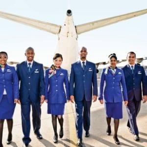Qual companhia aérea tem os uniformes de comissários de bordo mais lindos  a31eba31140