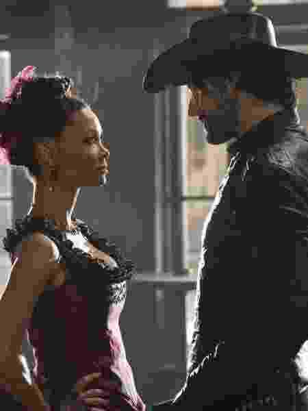 """Thandie Newton e Rodrigo Santoro em cena da primeira temporada de """"Westworld"""" - Divulgação/HBO - Divulgação/HBO"""