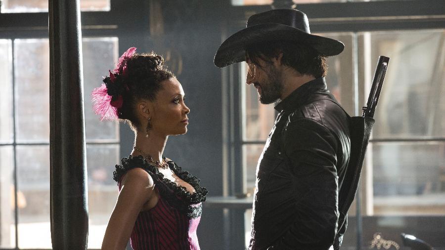 """Thandie Newton e Rodrigo Santoro em cena da primeira temporada de """"Westworld"""" - Divulgação/HBO"""