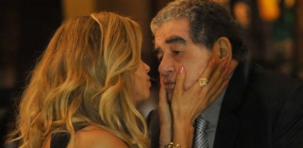 """Em """"A Lei do Amor"""", Luciane se encontra com senador para pedir apoio para o marido - Reprodução/Gshow"""