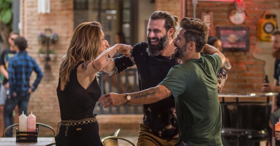 """Em """"Sol Nascente"""", Lenita (Letícia Spiller) e Ralf (Henri Castelli) topam criar o Clube da moto e convidam Mario (Bruno Gagliasso) para ser sócio do Rota"""