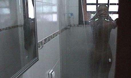 Namorada tomando banho