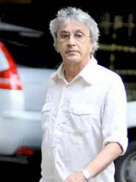 Caetano Veloso atravessa rua no Rio - Reprodução